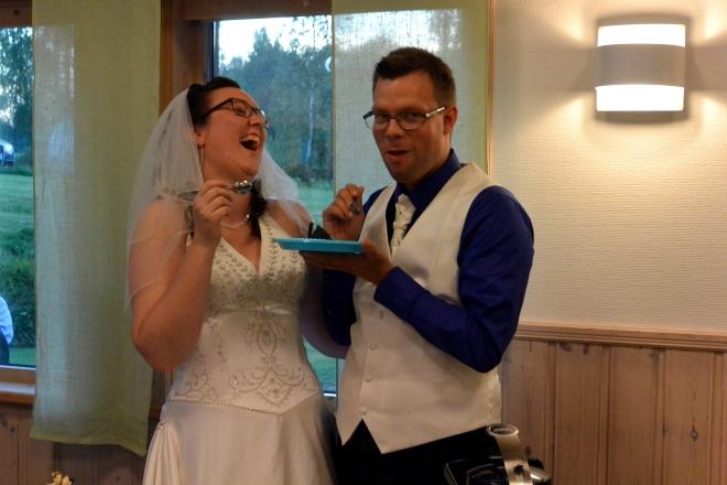 """Andreas tar första tårtbiten för sig själv och tittar sedan förvånat upp när folk börjar skratta. """"Vadå? Ska jag mata henne?"""""""